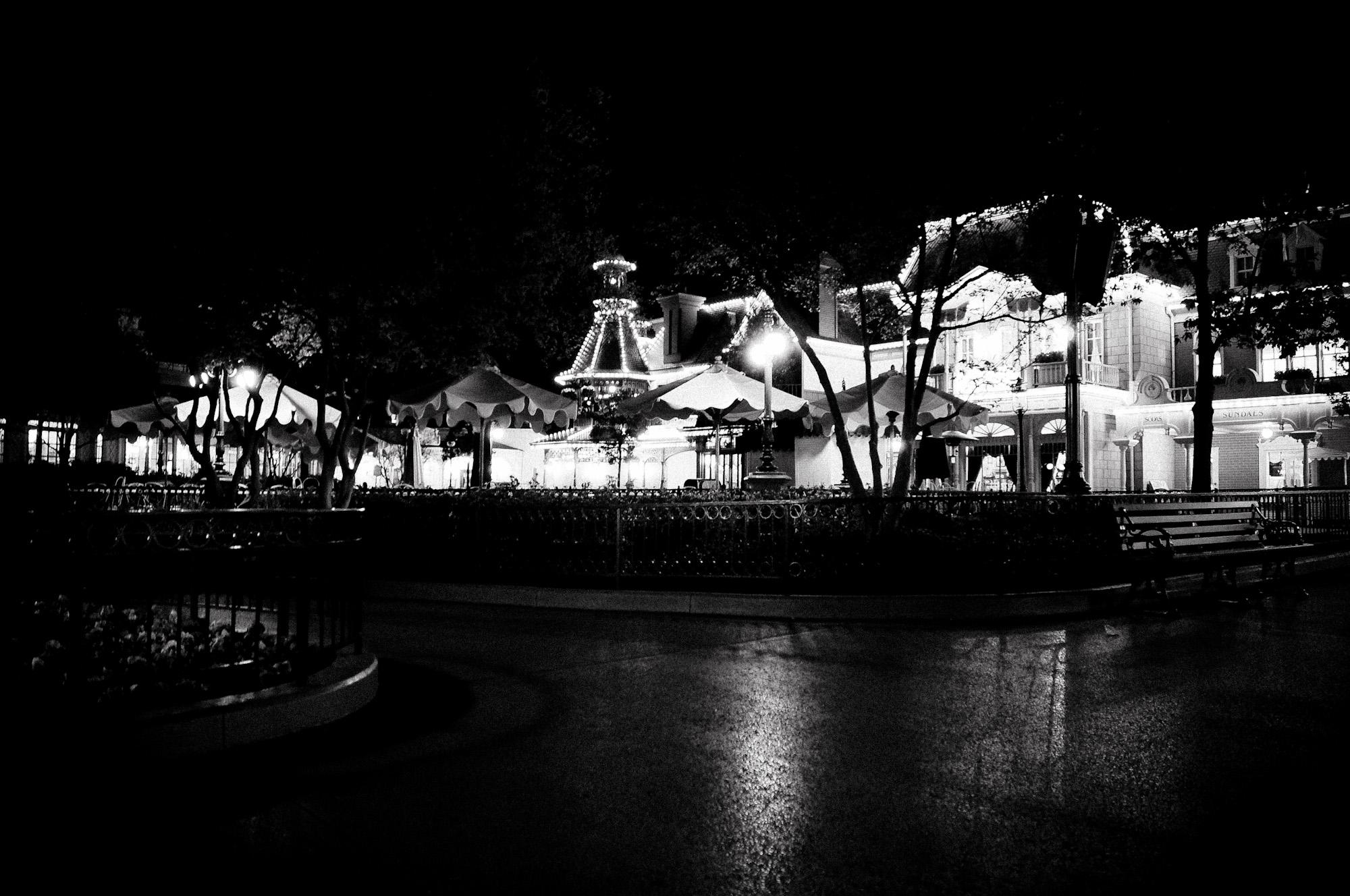 disneyland-paris-black-white-12