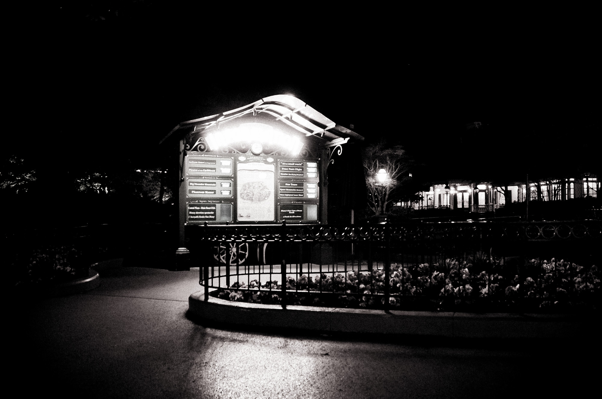 disneyland-paris-black-white-13