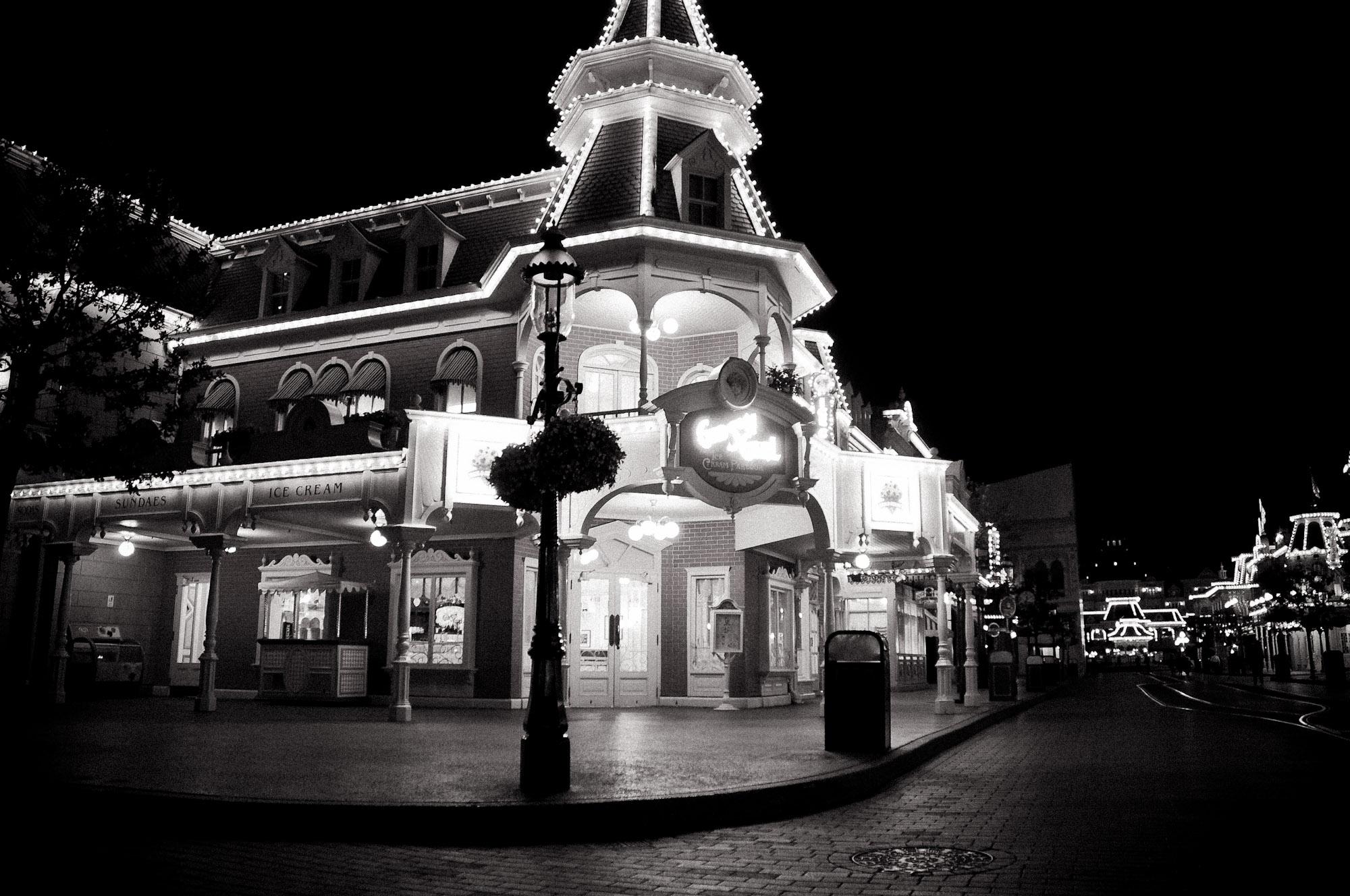 disneyland-paris-black-white-14