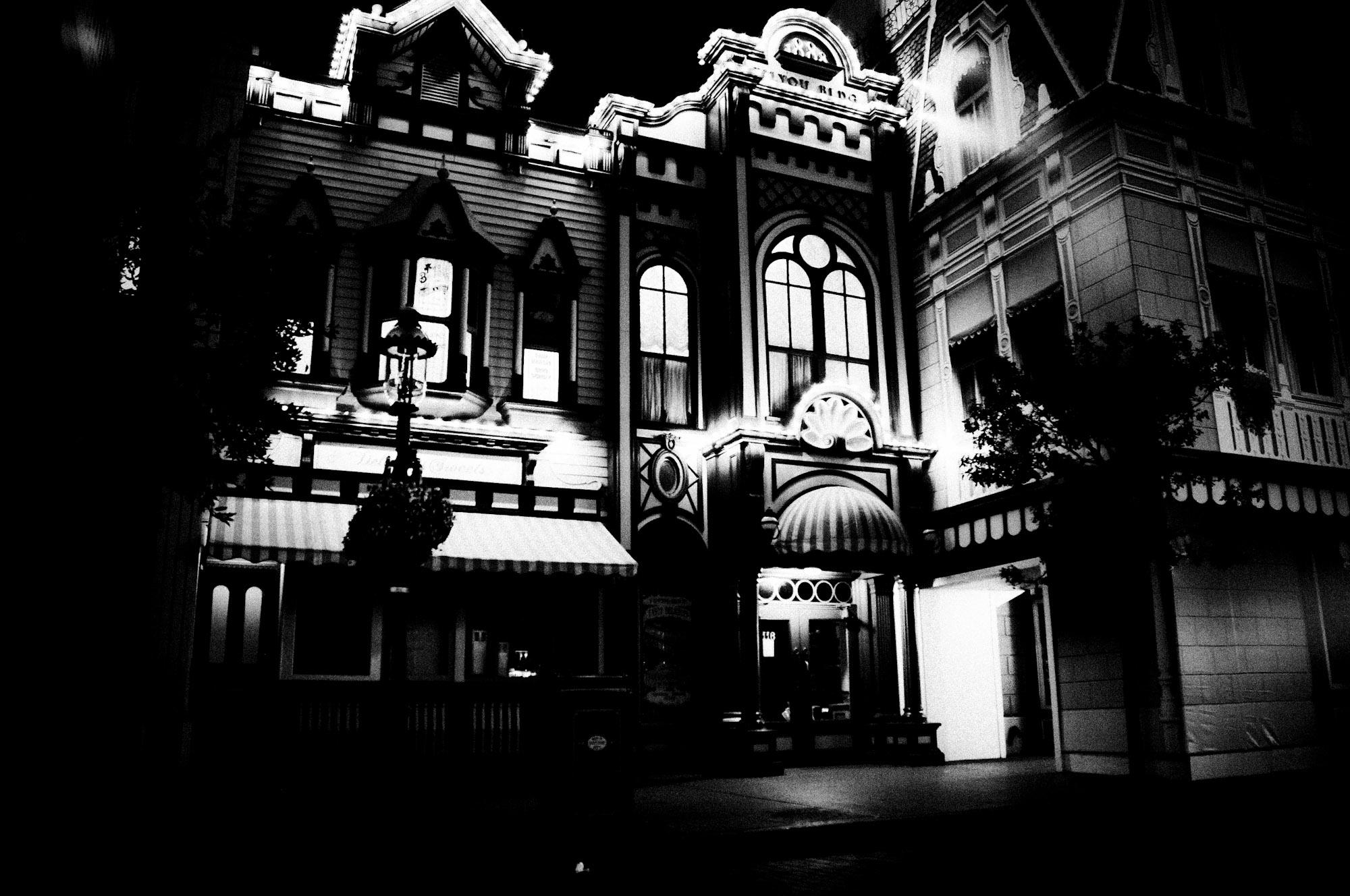 disneyland-paris-black-white-18