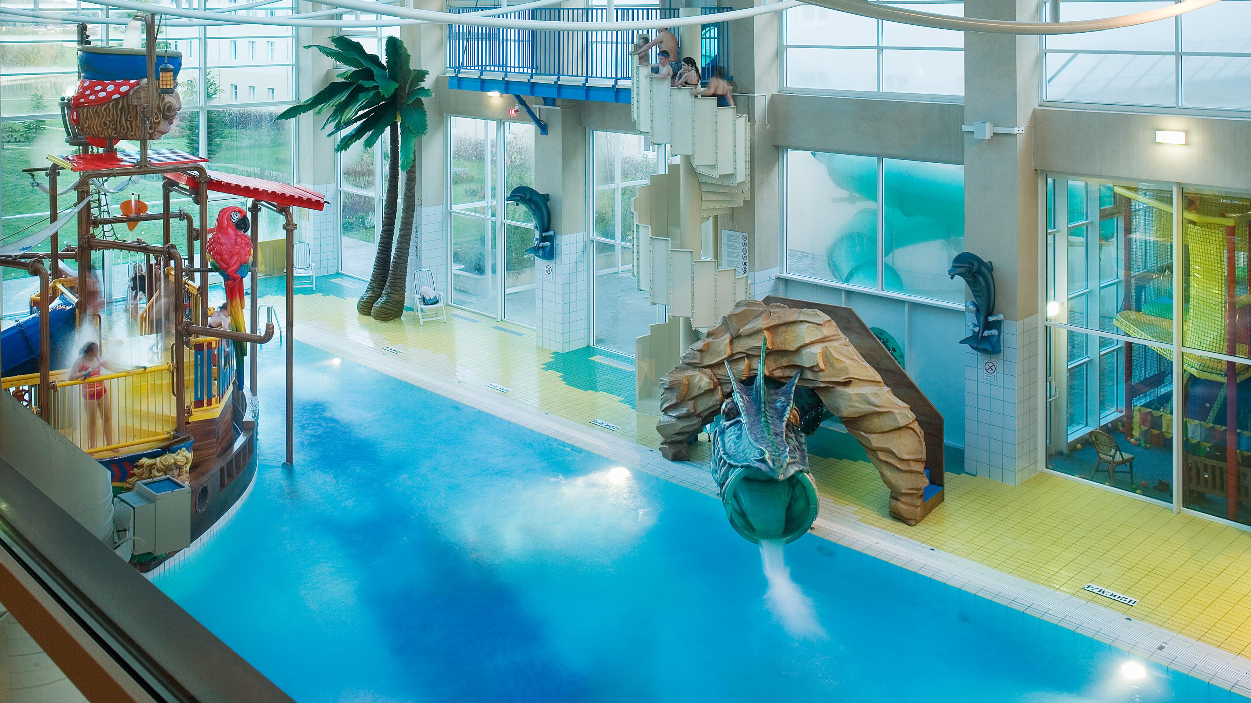 n011411_2017dec31_algonquins-explorers-hotel_swimming-pool_16-9